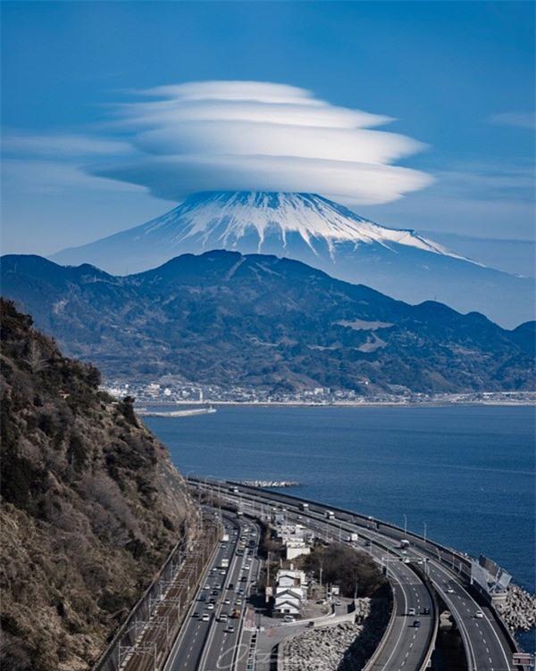 Đám mây bí ẩn xuất hiện trên đỉnh núi Phú Sĩ khiến cư dân mạng ngỡ ngàng, sự thật là gì? ảnh 2