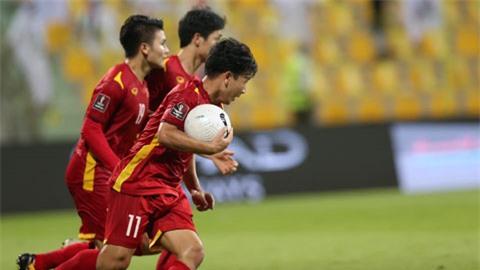 Minh Vương nhanh chóng đưa bóng trở lại vạch giữa sân sau khi ghi bàn cho ĐT Việt Nam Ảnh: Minh Anh
