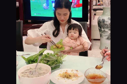 """Phát sốt trước ánh mắt """"hau háu"""" nhìn đồ ăn ngon của con gái Đông Nhi"""