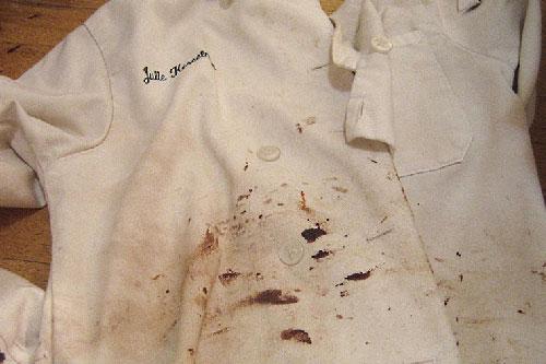 Đổ lon coca vào quần áo bẩn ai cũng nghĩ lãng phí, kết quả mang lại thật bất ngờ