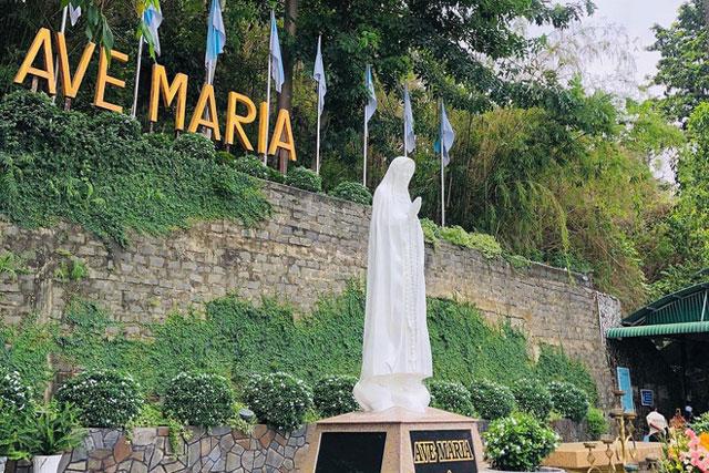 Tượng Đức Mẹ Tà Pao tọa lạc trên núi Tà Pao ở xã Đồng Kho, huyện Tánh Linh, tỉnh Bình Thuận. Theo trang thông tin Trung tâm Thánh Mẫu Tà Pao, tượng được đúc bằng xi măng trắng, cao 3 m, đặt trên bệ cao 2 m. Ảnh: Hoang Nam.