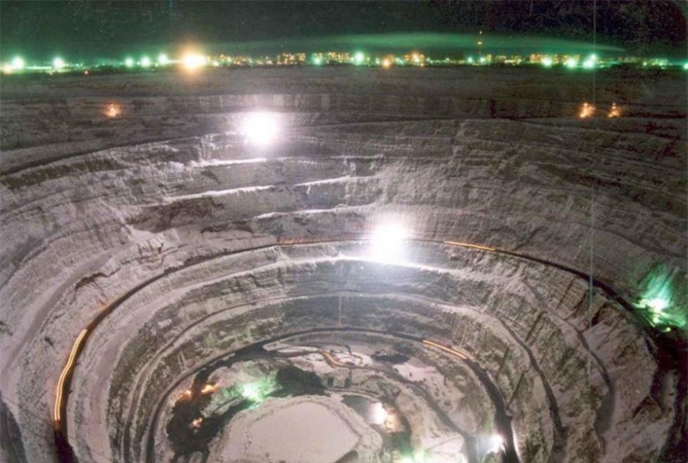 Khoảng 36 triệu năm về trước, một tiểu hành tinh đã đâm vào phía bắc Siberia, tạo ra một trong những hố va chạm thiên thạch lớn nhất trái đất. (Ảnh: QQ)