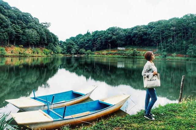 """Địa danh Măng Đen ở Kon Tum được gọi là vùng đất 7 hồ, 3 thác. Nhiều tài liệu cho biết sở dĩ gọi như vậy là do nơi này gắn với truyền thuyết hình thành """"7 hồ, 3 thác"""" nổi tiếng của tộc người Mơ Nâm, một nhánh của dân tộc Xơ Đăng, vốn sinh sống lâu đời ở đây. Ảnh: Trần Thanh Sương."""