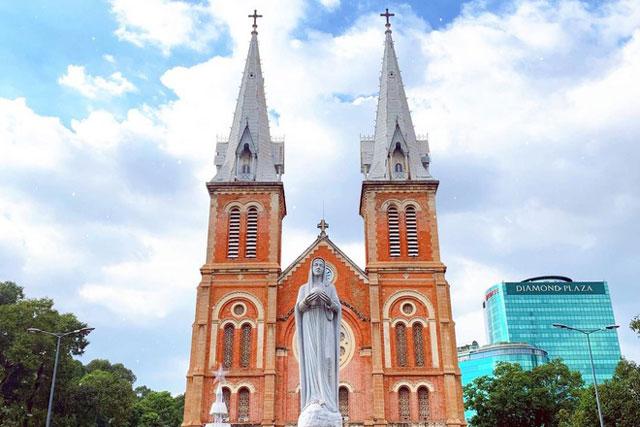 Theo trang thông tin Tổng giáo phận TP.HCM, tượng Đức Mẹ Hòa Bình trước Nhà thờ Đức Bà được tạc bằng đá cẩm thạch trắng Carrara của Italy. Từ năm 1959, tượng được đặt ở vị trí như ngày nay. Ảnh: Nguyễn Hồng Ngọc.