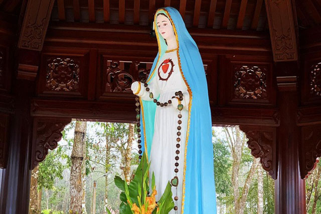 Khu vực tượng Đức Mẹ Măng Đen là một địa điểm nổi tiếng ở huyện Kon Plông, tỉnh Kon Tum. Nhiều người còn gọi đây là tượng Đức Mẹ Cụt Tay, một chi tiết độc đáo khiến tượng gần như trở nên độc nhất vô nhị. Ảnh: Binh Huynh.