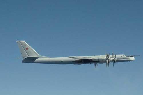 "F-22 ""hỏi thăm"" Tu-95 trên bầu trời Alaska."