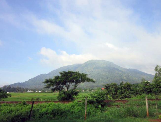 Được xem là một trong hai ngọn núi cao nhất ở Đông Nam bộ với độ cao hơn 800m, núi Chứa Chan là điểm đến của những người thích leo núi, khám phá cảnh quang của núi rừng cũng như đến tham quan, chiêm bái những ngôi chùa linh thiêng tại vùng đất xứ sơn linh này.