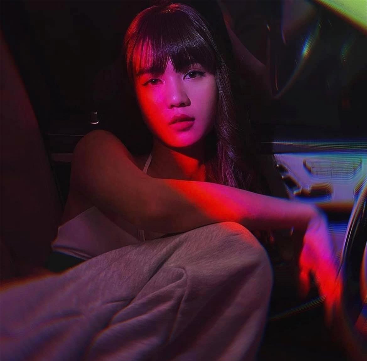 Ngọc Trinh đăng ảnh gợi cảm trên xe Roll-Royce đắt đỏ - Ảnh 5.