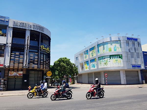 Sở Y tế Đà Nẵng khuyến cáo những ai từng đến cửa hàng Bonpas Bakery & Coffee tại số 143 Điện Biên Phủ (trái) và Công ty Nhựa Duy Tân tại số 145 Điện Biên Phủ (phải) từ ngày 10/6 đến 18/6 thì lập tức liên hệ Trung tâm Y tế quận, huyện để cung cấp thông tin và được tư vấn