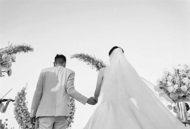 Tròn 1 năm ngày cưới, Phanh Lee cuối cùng cũng chịu tung ảnh hiếm trong hôn lễ cực kín đáo với TGĐ tập đoàn nghìn tỳ - Ảnh 3.