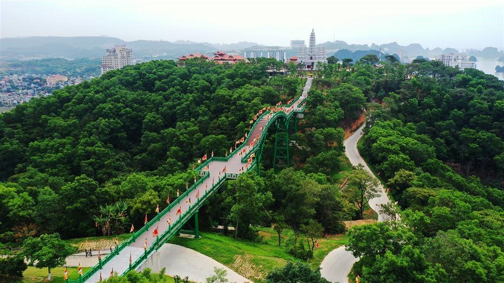 Để đến quần thể tâm linh này, du khách sẽ đi trên cầu May bắc qua một thung lũng xanh, nối từ vườn Nhật thuộc Sun World Halong Complex đến không gian thiền tự đậm chất tâm linh truyền thống Việt của Bảo Hải Linh Thông Tự.