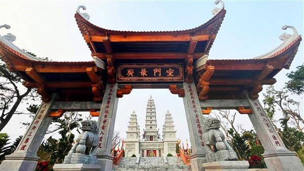 Tinh thần Phật giáo toát lên trong mọi nét kiến trúc của Bảo Hải Linh Thông Tự, với các biểu tượng hoa sen, vân mây được cách điệu tinh xảo. Hình tượng hoa sen được thể hiện trên từng chi tiết chạm khắc trang trí nơi khung cửa gỗ, biểu tượng lá sen xuất hiện trên các xà. Không chỉ chi tiết trang trí hai bên của các bậc đá, các chi tiết góc mái cũng được cách điệu thành hình mây, tạo nên sự đa dạng, phong phú trong nghệ thuật tạo hình trang trí tại quần thể.