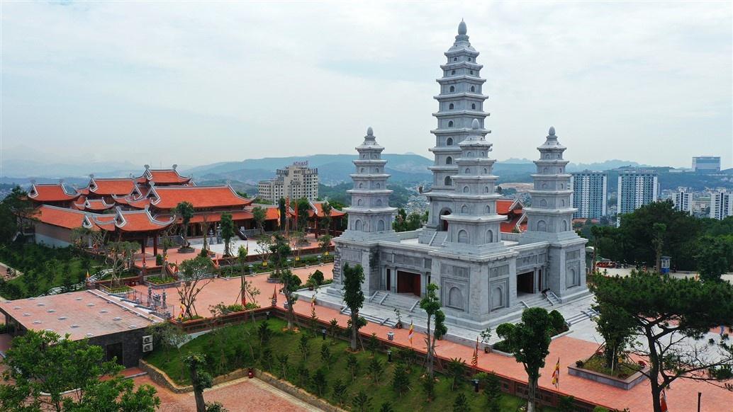 Trong đó, tháp trung tâm gồm 9 tầng, cao 25,2 m, bên trong đặt tượng Phật và cột kinh cao 4 m được lấy theo mẫu cột kinh Phật có niên đại từ 1.000 năm trước tại chùa Nhất Trụ (Hoa Lư, Ninh Bình). Bốn tháp xung quanh, mỗi tháp gồm 5 tầng, cao 12,1 m. Toàn bộ 5 khối tháp của Ngũ Phương bảo tháp được làm bằng đá hoa cương lắp ghép nguyên khối, liên kết bằng mộng đá. Bên trong tháp, phần nội thất được ốp đá cẩm thạch (marble) nhập từ Ấn Độ.
