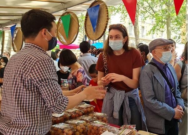 """Người tiêu dùng Pháp khen vải thiều Việt Nam """"ngon hơn hẳn"""" vải Madagascar"""