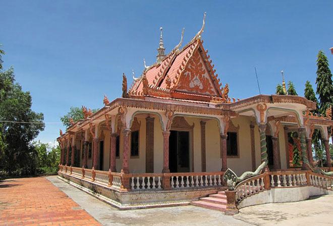 Chùa Xà Xía ở thành phố Hà Tiên được xây dựng theo kiến trúc độc đáo của người dân tộc Khmer ở Nam bộ. Không chỉ là nơi tổ chức các lễ hội theo phong tục tập quán của người Khmer, trung tâm sinh hoạt văn hóa của bà con dân tộc Khmer ở địa phương, chùa Xà Xía còn là một trong những danh lam thắng cảnh của vùng đất Nam Bộ này.