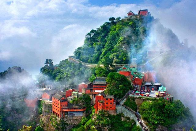 Võ Đang là một ngọn núi rất nổi tiếng ở Trung Quốc, còn có tên gọi khác là Thái Hòa. Đây là nơi luyện võ của Đạo giáo, nơi phát tích của phái Võ Đang trong lịch sử Trung Quốc, nhiều lần được nhắc tới trong các tiểu thuyết võ hiệp của nhà văn Kim Dung. Ảnh: Chinadaily.
