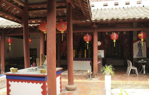 Đình thần Thành Hoàng, nơi thờ tự những danh nhân có công khai khẩn nên vùng đất Hà Tiên ngày nay cũng là một trong những danh thắng nổi bật của Hà Tiên. Công trình này đã được UBND tỉnh Kiên Giang công nhận là Di tích lịch sử văn hóa cấp tỉnh vào năm 2010.