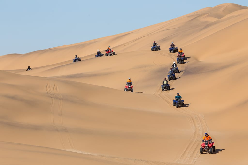 1. Sa mạc Namib, Namibia: Lái xe giữa sa mạc rộng lớn, mênh mông là trải nghiệm không ít người mơ ước được thực hiện một lần trong đời. Đây là một trong những tuyến đường sa mạc thử thách tay lái nhất hành tinh.
