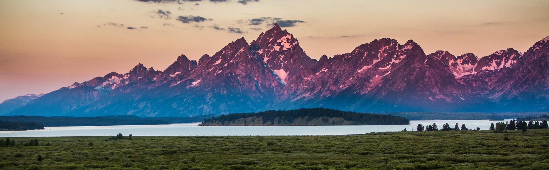 3. Vườn quốc gia Grand Taton đến Yellowstone, Mỹ: Chặng đường quanh hai vườn quốc gia nổi tiếng dài 402 km, thu hút nhiều du khách với siêu núi lửa độc đáo và mạch nước phun bên cạnh những hồ nước cao hoàn toàn nguyên sơ.
