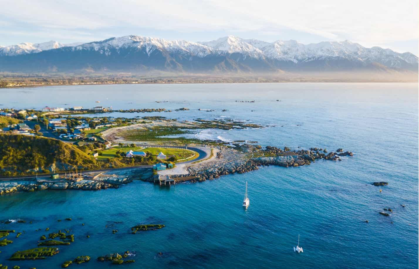4. Bờ biển Kaikoura, New Zealand: Đường bờ biển Kaikoura tại một trong những đất nước đáng sống nhất thế giới thu hút các tín đồ ưa xê dịch với hành trình tự lái dài hơn 350 km. Thiên nhiên tươi đẹp ở New Zealand đưa bạn đến khám phá nét riêng nơi đây với những nhà máy rượu vang đẳng cấp thế giới, khu bảo tồn động vật hoang dã với nhiều dải núi cao hùng vĩ... Ảnh: Kaikoura.nz.