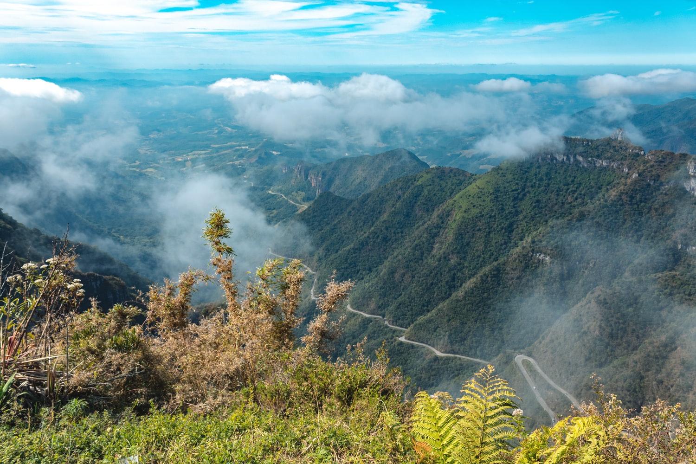 6. Cung đường qua dãy Serra do Rio do Rastro, Brazil: Đoạn đường đèo chỉ hơn 130 km này thu hút nhiều tay lái trên thế giới đến chinh phục và khám phá thiên nhiên Brazil. Cảnh quan trên đường là thiên nhiên tuyệt đẹp với núi và biển xanh sóng vỗ.