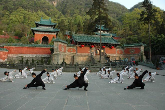 Huyền Lạc Môn, Ngũ Long Cung, Thái Tử Pha, Quỳnh Đài, Nham Nham Cung…là những thắng cảnh nổi tiếng trên núi Võ Đang, thu hút khách du lịch trên khắp thế giới. Ảnh: Confusianmag.