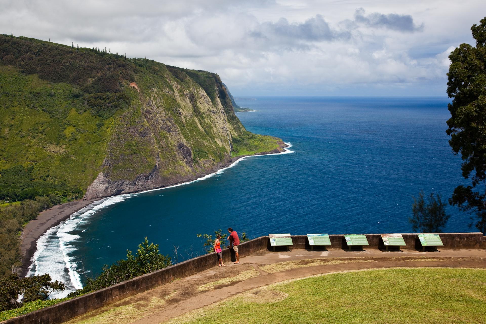 Thung lũng Waipio, Hawaii, Mỹ: Với bãi biển cát đen tuyệt đẹp, thác nước và rừng trù phú, thật khó để hình dung thung lũng Waipio có gì liên quan đến địa ngục. Tuy nhiên, theo truyền thuyết dân gian của người Hawaii, một cánh cổng dẫn xuống thế giới linh hồn, Lua-o-Milu, nằm sâu dưới cát ở khu vực này. Theo đó, con người có thể đến thế giới bên kia bằng cách nhảy xuống từ một vách đá trên biển. Ảnh: Gohawaii.