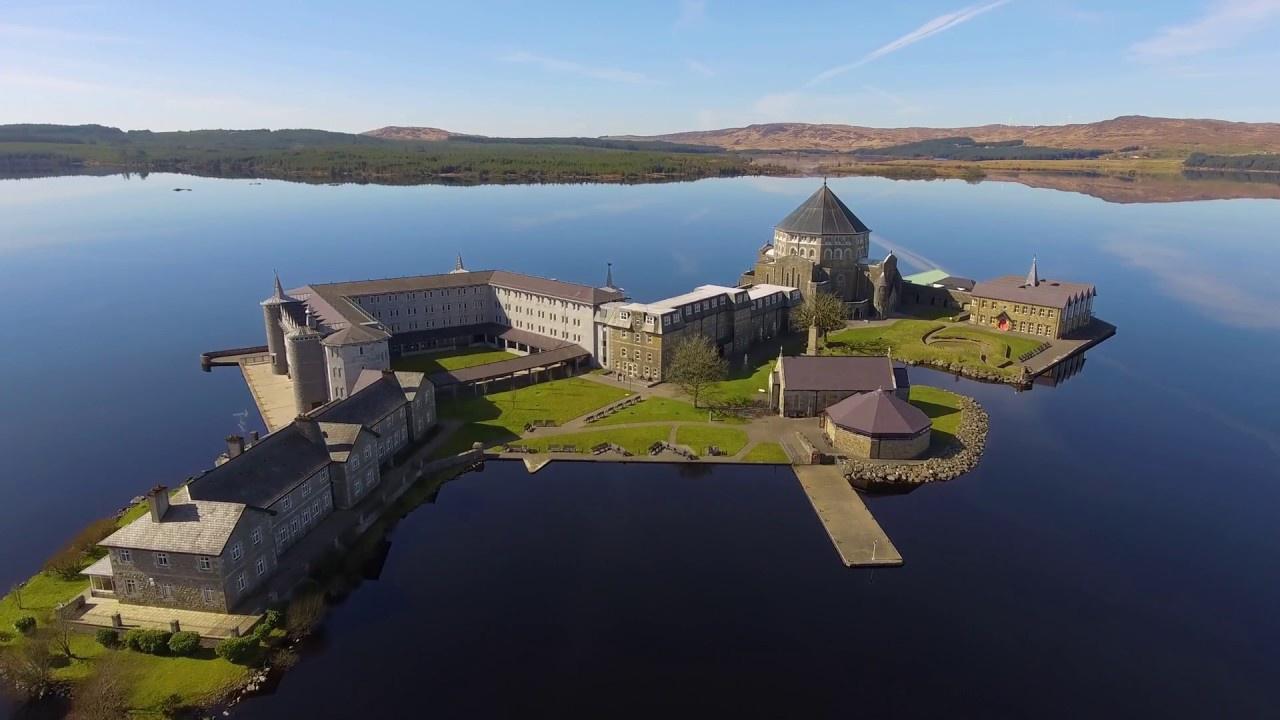 St. Patrick's Purgatory, Ireland: Đây là một điểm hành hương cổ xưa nằm trên đảo Station ở Lough Derg, hạt Donegal, Ireland. Theo truyền thuyết địa phương, nơi đây là cổng dẫn xuống luyện ngục, được Chúa chỉ cho thánh Patrick. Truyền thuyết này được nhắc đến trong các văn bản từ năm 1185 và được phổ biến rộng rãi. Ảnh: Patryk Sadowski.