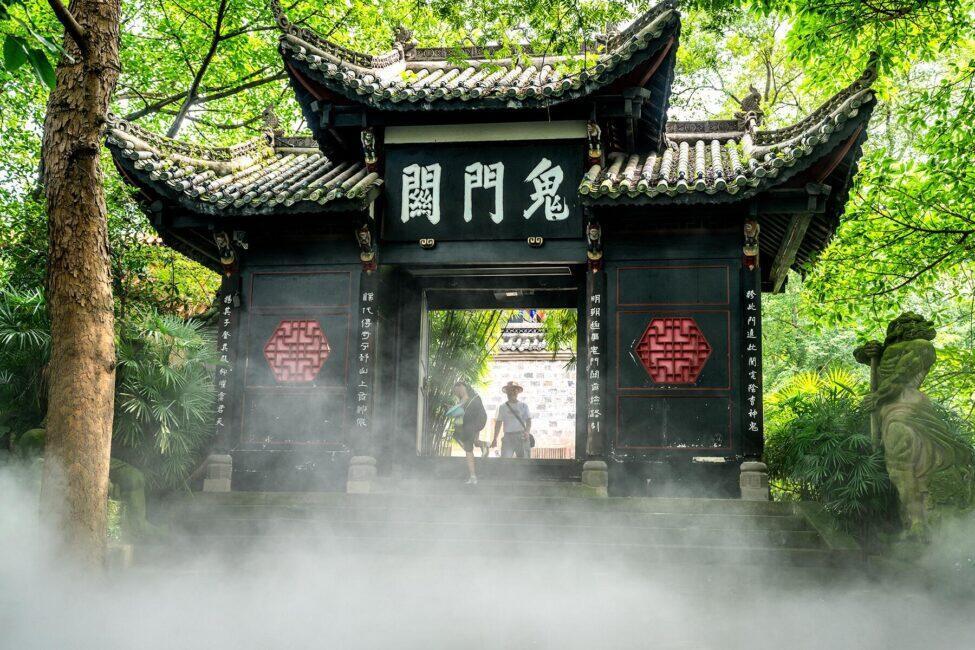 """""""Thành phố ma"""" Phong Đô, Trung Quốc: Từ lâu trong lịch sử của đạo Lão, Phong Đô được xem là cửa ngõ dẫn xuống địa ngục. Nằm trên núi có khí hậu mát mẻ ở Trùng Khánh, đây được cho là nơi ở của Diêm Vương. Bên cạnh đó, ngọn núi nơi đặt """"thành phố ma"""" này còn có cầu Nại Hà - cây cầu nối dương gian với địa phủ theo truyền thuyết. Ảnh: Fodors."""