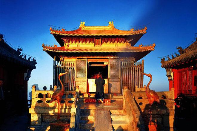 Tọa lạc trên đỉnh cao nhất của núi Võ Đang (1.612 m) là Trúc Kim Điện, biểu tượng của núi Võ Đang, được xây dựng vào năm 1416. Trúc Kim Điện được làm bằng đồng mạ vàng, nặng đến 405 tấn. Trải qua các triều đại, ngôi đền vẫn toát lên vẻ cổ kính, trầm mặc, lộng lẫy. Ngoài ra, trên núi còn có Thái Hòa Điện - khu đền thờ khổng lồ với mái ngói xanh liền kề nhau. Hoàng đế Vĩnh Lạc đã xây dựng công trình này, mô phỏng theo kiến trúc cố cung ở Bắc Kinh. Ảnh: Chinadiscovery.