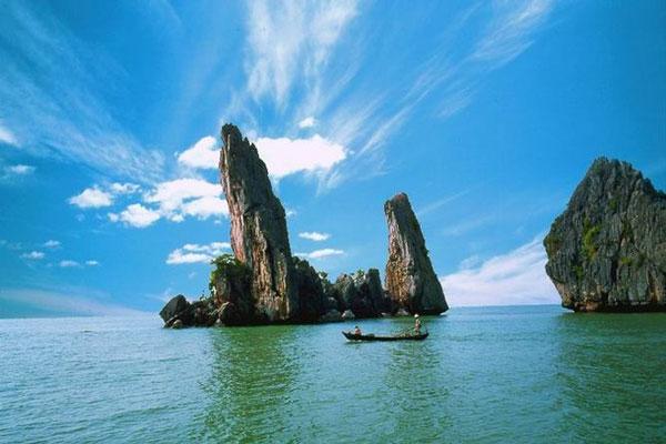 Chùa Hang, Hòn Phụ Tử, Bãi Dương là 3 điểm du lịch hấp dẫn nằm trên danh thắng Hòn Chông. Có diện tích khoảng 3.000 ha, Hòn Chông là bức tranh phong thủy hữu tình với Chùa Hang tĩnh lặng, Hòn Phụ Tử yên bình, biển Bãi Dương hiền hòa. Trong hành trình khám phá vẻ đẹp của Hà Tiên, du khách đến thăm Hòn Chông không khỏi ngỡ ngàng trước vẻ đẹp nên thơ, trữ tình của danh thắng này.