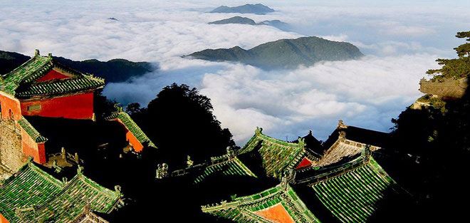 Năm 1994, núi Võ Đang đã được UNESCO đưa vào danh sách Di sản thế giới. Ngày nay, Võ Đang là một trong những danh lam thắng cảnh nổi tiếng nhất ở tỉnh Hồ Bắc, thu hút đông đảo khách du lịch ghé thăm. Ngoài các tòa nhà cổ xưa, núi Võ Đang còn lưu giữ hơn 7.400 di tích văn hóa quý giá, đặc biệt là các di sản văn vật Đạo giáo mang ý nghĩa văn hóa sâu xa. Ảnh: Chinavoyages.