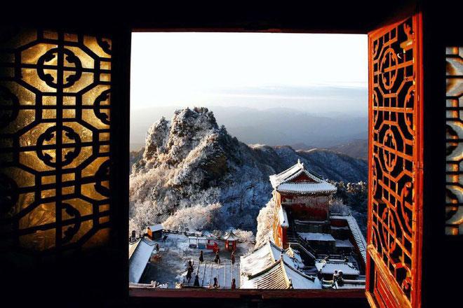 Núi Võ Đang nằm ở phía nam Thập Yển, tỉnh Hồ Bắc, miền Trung của Trung Quốc. Ngọn núi thuộc quần thể du lịch Hải Bạt, có chiều cao 1.612 m, chu vi hơn 800 dặm. Đây là một trong tứ đại Đạo giáo danh sơn của Trung Quốc và là địa điểm hành hương quan trọng của Đạo giáo. Ảnh: Scoopnest.