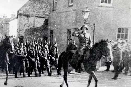 Binh sĩ Đức diễu hành qua quảng trường Marais trên đảo Alderney trong thời gian chúng chiếm quần đảo Channel. Ảnh: Dailymail.