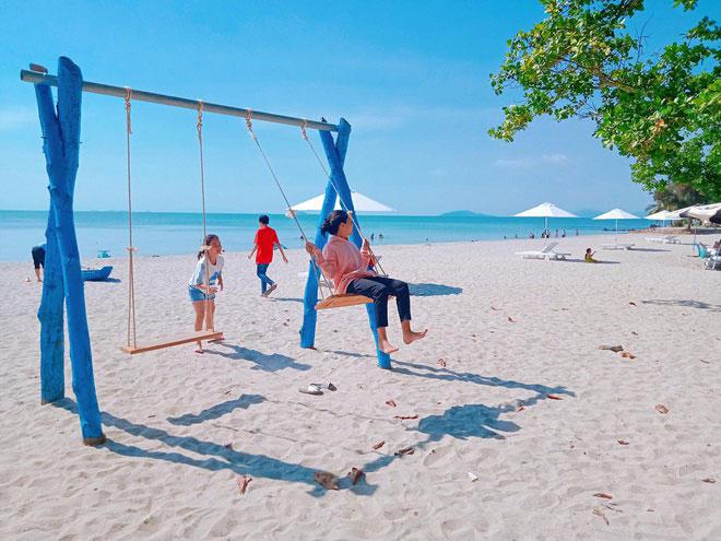 Cách thành phố Hà Tiên chỉ khoảng 5 km, biển Mũi Nai là một trong những danh thắng nổi bật của vùng đất Hà Tiên. Bãi biển này có tới 2 bãi cát đẹp để du khách tắm là bãi Nô và bãi Bằng. Cả 2 bãi biển này đều có vẻ đẹp cuốn hút riêng. Nếu như bãi Nô gây ấn tượng bởi hình ảnh bình yên, những xóm chài nhỏ đông vui thì bãi Bằng lại thu hút bởi những triền cát nằm thoai thoải. Hiện nay, Mũi Nai đã được đầu tư phát triển thành khu du lịch hiện đại với nhiều công trình vui chơi giải trí nhằm đáp ứng nhu cầu của du khách thập phương.