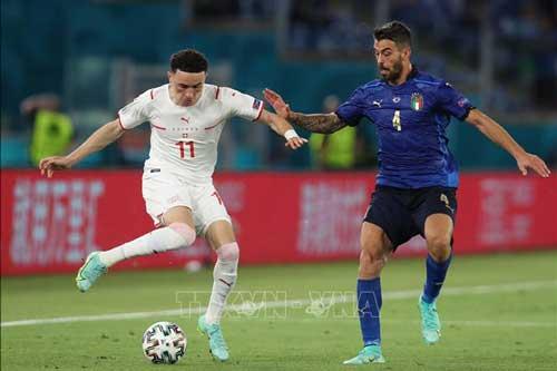 Pha tranh bóng giữa cầu thủ Ruben Vargas (phải) của Italy với tiền vệ Leonardo Spinazzola của Thụy Sĩ trong trận đấu lượt hai bảng A, giải vô địch EURO 2020, ngày 16/6/2021. Ảnh: THX/TTXVN
