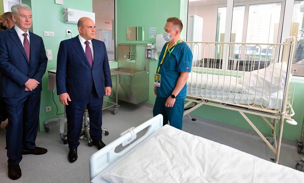 Thủ tướng Nga Mikhail Mishustin (giữa) và Thị trưởng Moskva Sergei Sobyanin thăm bệnh viện điều trị Covid-19 ở ngoại ô thủ đô vào tuần qua. Ảnh: AP.