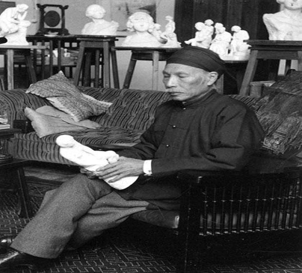 Amandine Dabat - nghiên cứu sinh lịch sử mỹ thuật Việt Nam của ÐH Paris - Sorbonne (Paris IV), đồng thời cũng là cháu 5 đời của vua Hàm Nghi - nhận xét: Ông thích vẽ tĩnh vật, chân dung và đặc biệt, vẽ phong cảnh Algerie và Pháp. Tranh của ông thường pha lẫn giữa phong cách phương Tây và tinh thần văn hóa Việt Nam. Bối cảnh ông thể hiện trong tranh thường là cây cổ thụ cô độc giữa cánh đồng, xa xa là cánh chim cuối trời gợi nhớ đến hình ảnh làng quê Việt Nam với cánh cò bay lả trên đồng. Màu sắc trong tranh thường trầm buồn, u uẩn và dáng người trong tranh luôn nhỏ bé trước thiên nhiên bao la, rộng lớn. Ảnh Vua Hàm Nghi. Nguồn: Báo Thừa Thiên Huế.