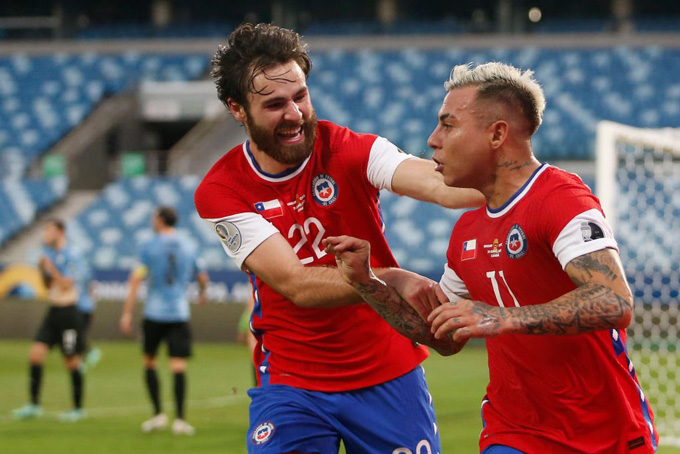 Vidal đá phản lưới, Chile vẫn giành vé vào tứ kết