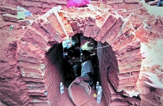 Đào đất xây nhà vệ sinh thì phát hiện mộ cổ: Vô số cổ vật bên trong nhưng thi thể chủ nhân không cánh mà bay - Ảnh 1.