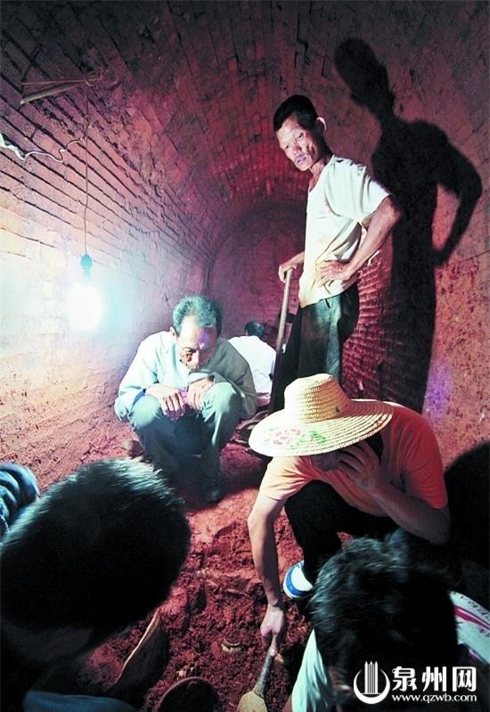 Đào đất xây nhà vệ sinh thì phát hiện mộ cổ: Vô số cổ vật bên trong nhưng thi thể chủ nhân không cánh mà bay - Ảnh 2.