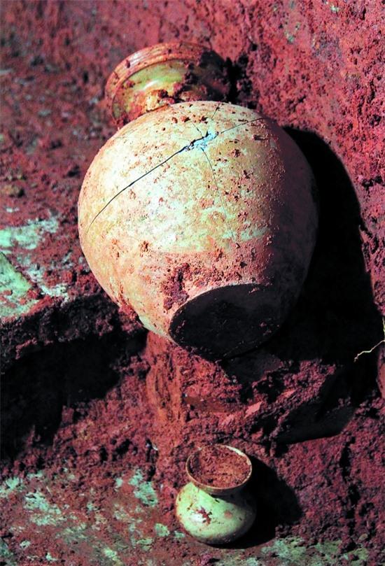 Đào đất xây nhà vệ sinh thì phát hiện mộ cổ: Vô số cổ vật bên trong nhưng thi thể chủ nhân không cánh mà bay - Ảnh 3.