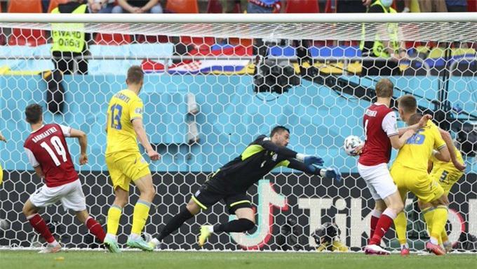 Baumgartner ghi bàn vào lưới Ukraine