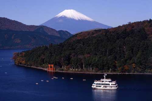 Khám phá vẻ đẹp hồ Ashi trên miệng núi lửa ở Hakone, Nhật Bản