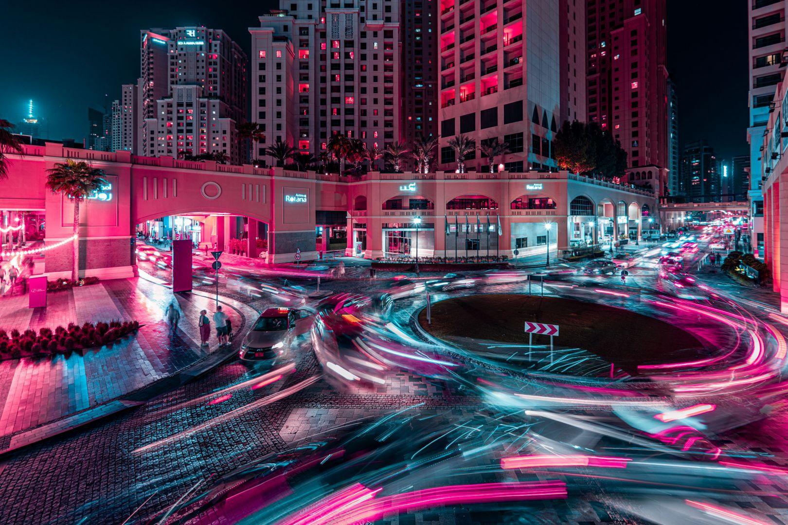 """Trước khi cho ra mắt bộ ảnh đêm Dubai (UAE), Portela từng gây chú ý nhờ bộ ảnh với phong cách tương tự ở Tokyo (Nhật Bản). Trong một bài phỏng vấn, nhiếp ảnh gia này chia sẻ anh thất vọng với những bức ảnh mình chụp khi tới xứ anh đào. """"Tôi không thể tái tạo lại cảm xúc khi đứng giữa con đường ở Shibuya hay trên đường phố Akihabara. Sự hỗn loạn, âm thanh, những người xung quanh, bầu không khí sôi động..., tất cả đều biến mất"""", anh nói."""