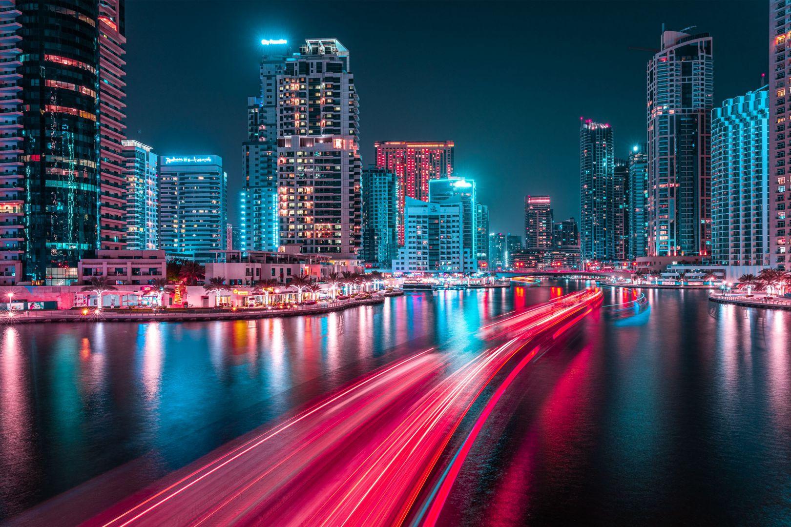 """Sau khi tìm được cách tái hiện cảm xúc chân thực nhất qua những bức ảnh, Portela đã thực hiện series """"Glow"""" ở một số thành phố lớn như New York (Mỹ), Bangkok (Thái Lan). Thành phố mới nhất xuất hiện trong series này là Dubai. Portela đến đây vào năm 2019 khi tham dự lễ hội nhiếp ảnh."""
