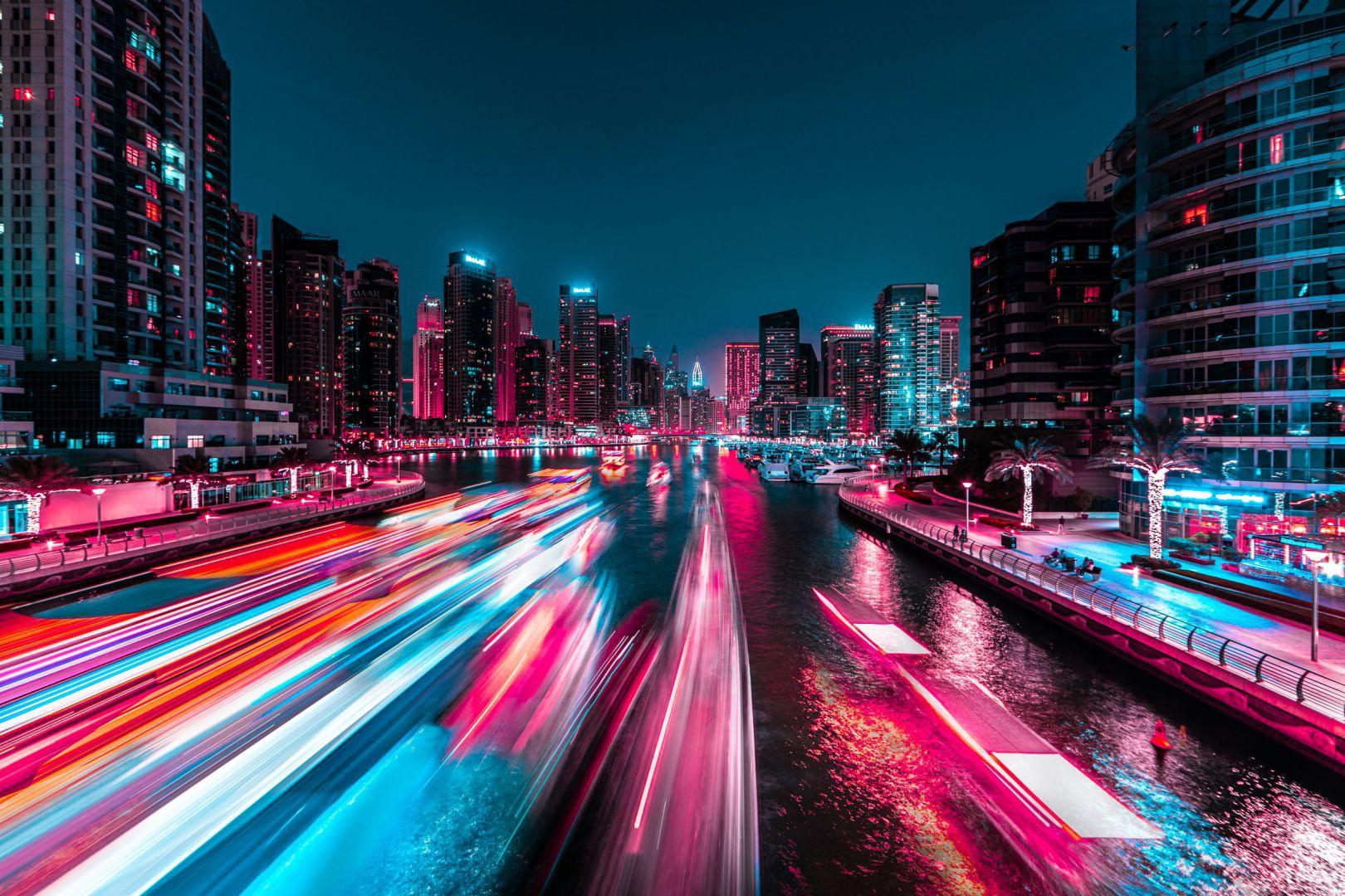 """""""Dubai là nơi hoàn hảo cho dự án Glow. Tôi không có đủ thời gian để khám phá toàn bộ thành phố. Thời tiết ở đây thực sự rất nóng. Đó quả là cơn ác mộng cho ống kính của tôi khi bị dính hơi nước ngưng tụ. Tôi nghĩ mình sẽ thực hiện một bộ ảnh khác trong tương lai khi điều kiện tốt hơn"""", anh chia sẻ."""