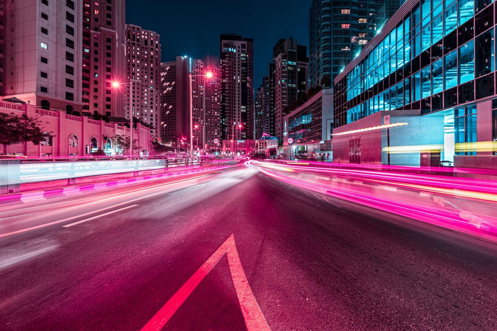 Kỹ thuật chụp ảnh tốc độ màn trập chậm khiến những phương tiện di chuyển trên đường tạo thành các vệt sáng dài ấn tượng.