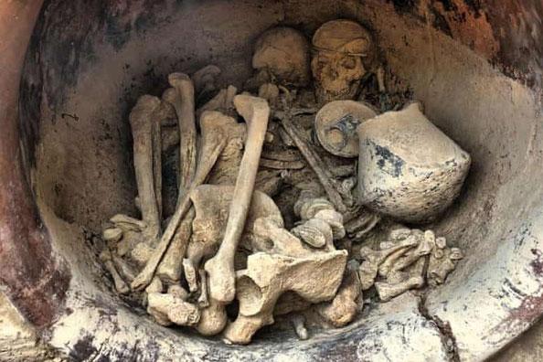Hài cốt của một người đàn ông và một người phụ nữ được chôn trong một chiếc bình gốm, cùng 29 hiện vật đáng giá. Ảnh: Cambridge University Press.