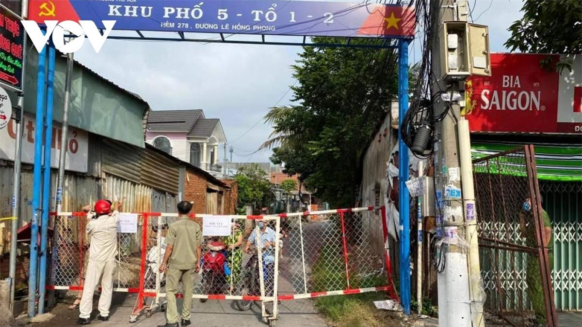 Một con đường ở khu phố 5, phường Phú Hòa, TP. Thủ Dầu Một bị phong tỏa do có ca mắc COVID-19.